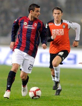 Osvaldo conduce el bal�n en un partido contra el Siena