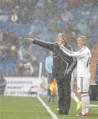 Pellegrini da instrucciones durante el partido justo antes del cambio de Guti.