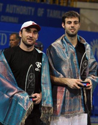 Marcel Granollers y Santi Ventura posan con los trofeos de campeones del dobles en Chennai.