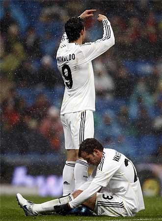 Cristiano Ronaldo pide el cambio para Van der Vaart tras la lesi�n de �ste.