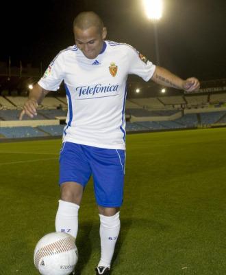 Suazo da toques en su presentaci�n como jugador del Real Zaragoza.