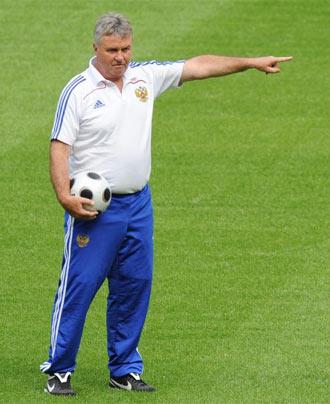 Hiddink da indicaciones a sus jugadores durante un entrenamiento de la selecci�n rusa