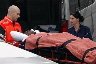 El portero de Togo Kodjovi 'Dodji' Obilal�, a su llegada al aeropuerto de Lanseria tras ser evacuado del lugar del atentado