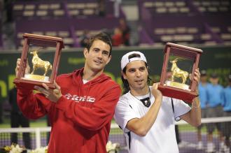 Guillermo Garc�a-L�pez posa junto a Albert Monta��s tras su triunfo en Doha en dobles.