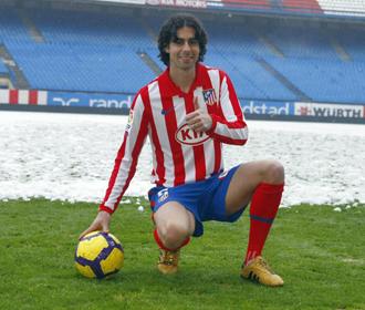 Tiago posa en el Vicente Calder�n tras ser presentado como nuevo jugador rojiblanco.