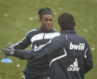 Drenthe charla con Kak� durante el entrenamiento del martes.