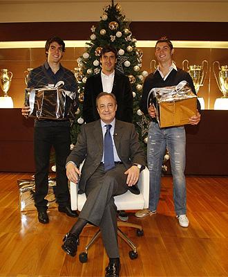 Florentino posa junto a Kak�, Cristiano Ronaldo y Ra�l antes de las �ltimas navidades