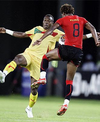 El jugador de Mozambique Fumo lucha por un bal�n con Singbo, de Ben�n