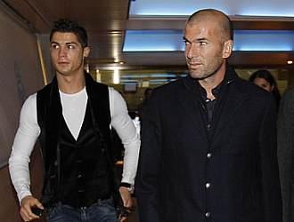 Zidane, junto a Cristiano Ronaldo, antes de la presentaci�n de un acuerdo comercial en el Santiago Bernab�u.