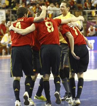 Los jugadores de la selecci�n espa�ola celebran un gol