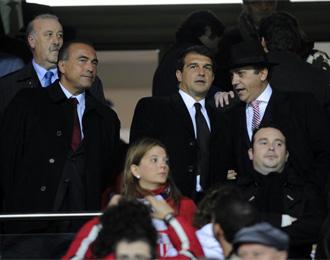 Laporta y Del Nido conversan durante el partido. Al fondo, Vicente del Bosque.