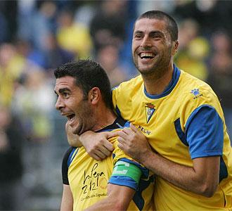Enrique celebra un gol del C�diz junto a Diego Trist�n.