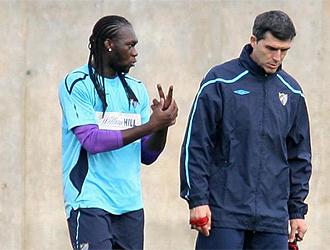 Caicedo habla con su entrenador