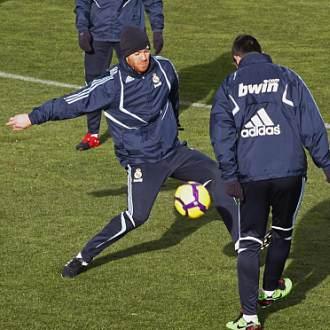 Xabi Alonso trata de robarle el bal�n a Albiol, durante el entrenamiento de esta ma�ana en Valdebebas.