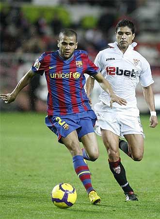 Alves conduce el bal�n perseguido por Renato durante el partido copero del pasado mi�rcoles en el Pizju�n.