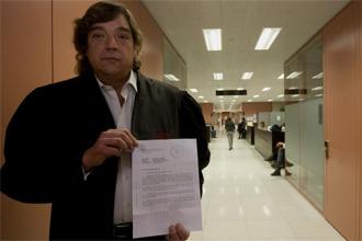 Pep Oriola muestra el papel donde se condena a Laporta a pagar las costas.