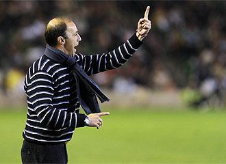 Antonio Calder�n da instrucciones durante un partido.