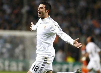 Albiol celebra un gol con la camiseta del Real Madrid