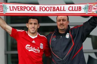 Maxi y Ben�tez posan con la bufanda del Liverpool en la presentaci�n del argentino.