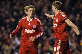Fernando Torres celebra un gol con Gerrard.