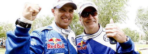 Lucas Cruz y Carlos Sainz celebrando su triunfo en el Dakar 2010