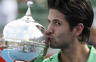 Fernando Verdasco besando el trofeo de Kooyong