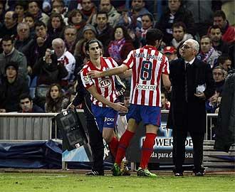 Tiago sustituye a Ra�l Garc�a durante el partido frente al Sporting.