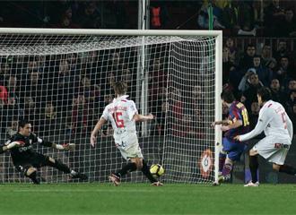 Momento en que Messi consigue su gol 100 con el Barça