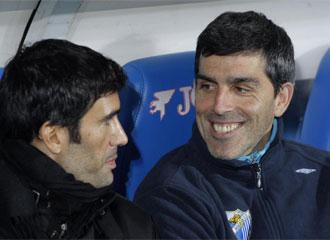 Fernando Sanz y Mu�iz sonr�en en el banquillo.