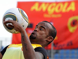Flavio controla el bal�n en un entrenamiento