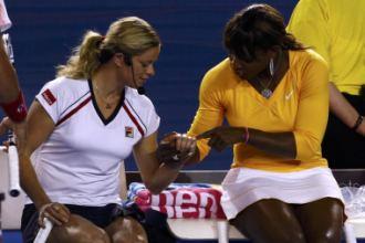 Kim Clijsters y Serena Williams durante un partido de exhibici�n en Melbourne Park.