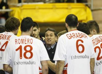 Valero Rivera habla con sus jugadores
