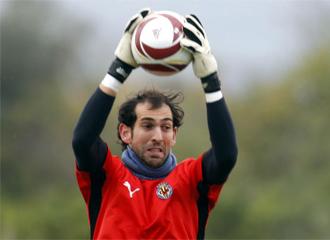 Diego L�pez ataja un bal�n durante un entrenamiento