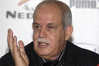 Rabah Saadane, t�cnico de Argelia, durante una rueda de prensa