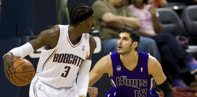 El israel� Omri Casspi defiende a Gerald Wallace, alero de los Bobcats (REUTERS).