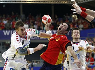 Romero, en una acci�n del partido con J�cha.