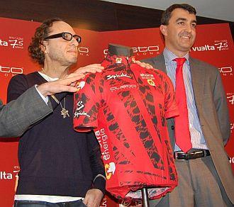 Javier Guill�n presenta con Custo Dalmau el nuevo maillot del l�der de la Vuelta a Espa�a.