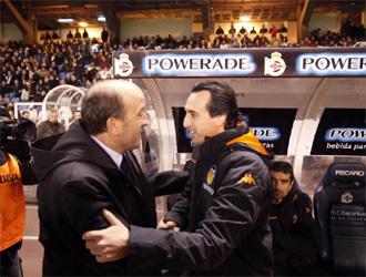 Lotina y Emery se saludan antes de un Deportivo-Valencia.