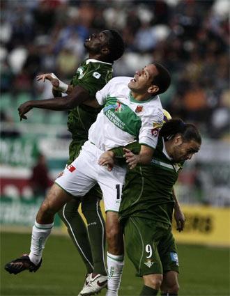 Acciari lucha por el bal�n con Sunny y Sergio Garc�a, del Betis