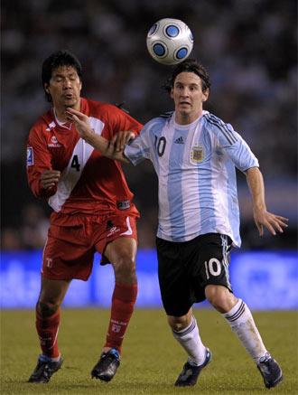 Walter V�lchez persigue a Messi en un partido frente a Argentina