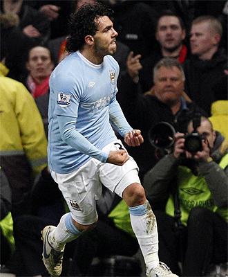 Tevez celebra su tanto ante el Manchester United