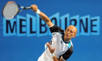 Nicolay Davydenko sirve en un su partido ante Dieter Kindlmann.