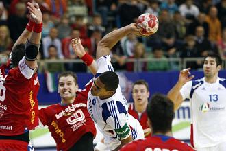 El franc�s Narcisse dispara ante la oposici�n de los jugadores checos