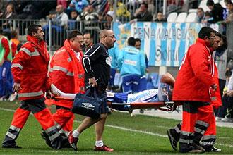 Apo�o es retirado en camilla tras caer lesionado el pasado domingo en el partido contra el Getafe