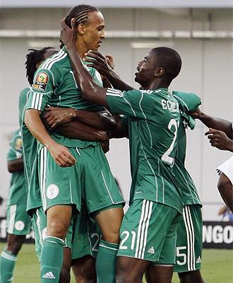 Odemwingie recibe las felicitaciones de sus compa�eros tras uno de sus goles ante Mozambique
