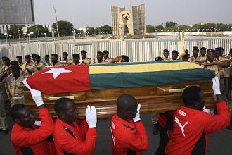 Los jugadores de Togo durante el funeral de uno de los fallecidos en el atentado