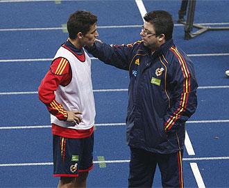 Antonio Fern�ndez junto al sevillista Jes�s Navas en un entrenamiento de la Selecci�n.