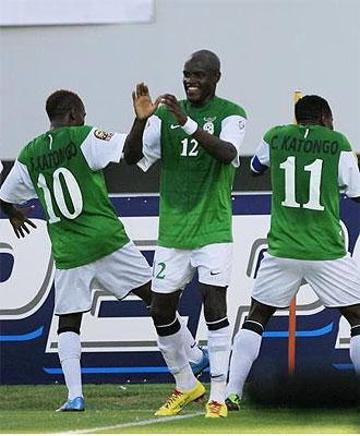 Los jugadores de Zambia celebran un tanto ante Gab�n