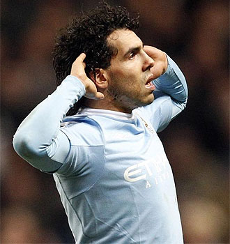 Carlos T�vez celebra un gol ante el United en la Carling.