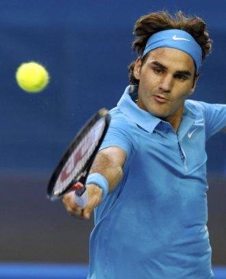 Roger Federer volea una pelota en su choque ante Victor Hanescu.